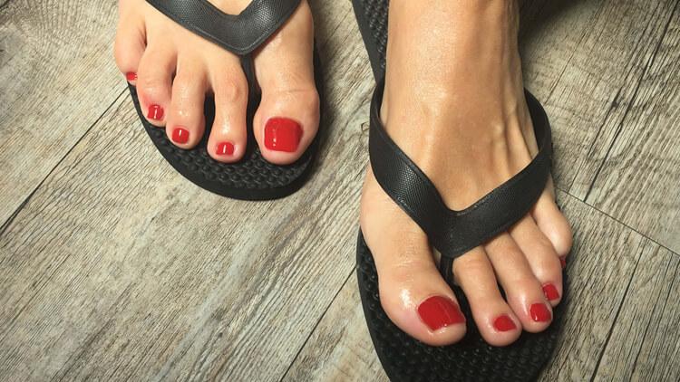 Fußpflegebehandlung einfarbige Lackierung